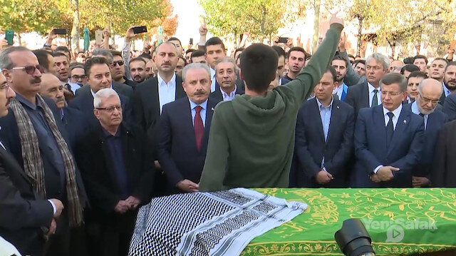 Nuri Pakdil'in cenaze töreninde şiir okuyan genç hem ağladı hem ağlattı