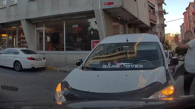 İstanbul'da aracıyla kafa kafaya çarpışan sürücü aracını tekmeledi