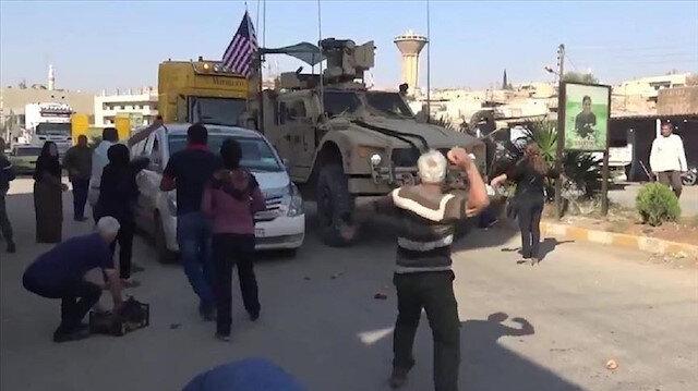 مناصرو ي ب ك الإرهابية يودّعون القوات الأمريكية في سوريا بالحجارة والبطاطا