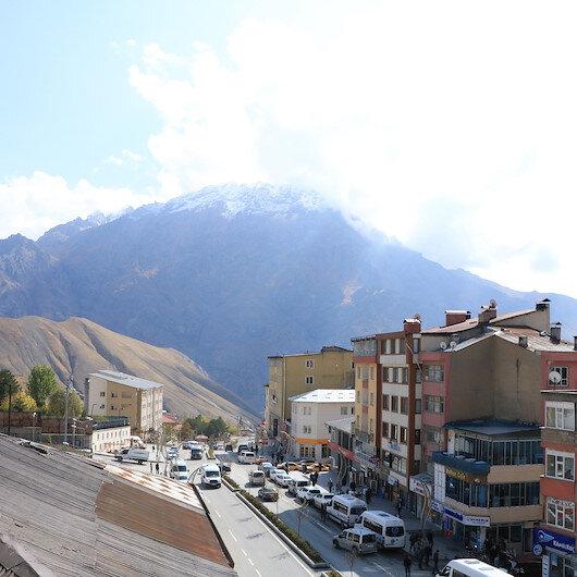 Sümbül Dağı'na mevsimin ilk karı yağdı
