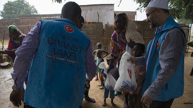 السودان.. الديانة التركي يوزع مساعدات إنسانية على مئات الأسر الفقيرة
