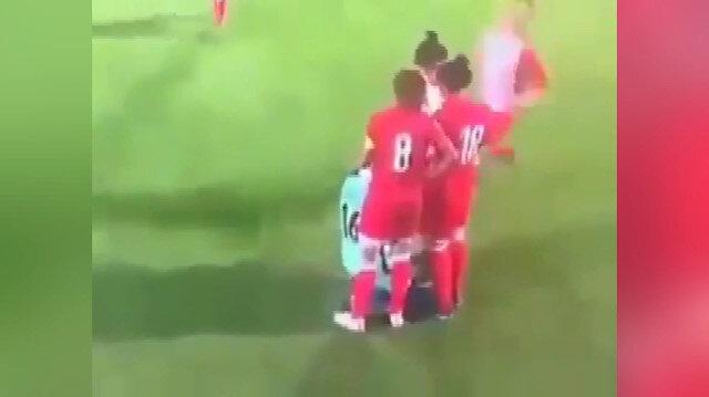 Başörtüsü açılan kadın futbolcunun etrafında rakip sporcular çember oldu