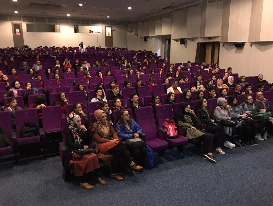 Hamamizade İhsan Bey Kültür Merkezi'nde düzenlenen programa katılan grup kurucuları, eğitmenler Hatice Sula, Sedat Cankılıç ve oyuncu Seymen Aydın, katılımcılara hitaben konuşma ve sunumlar yaptı.