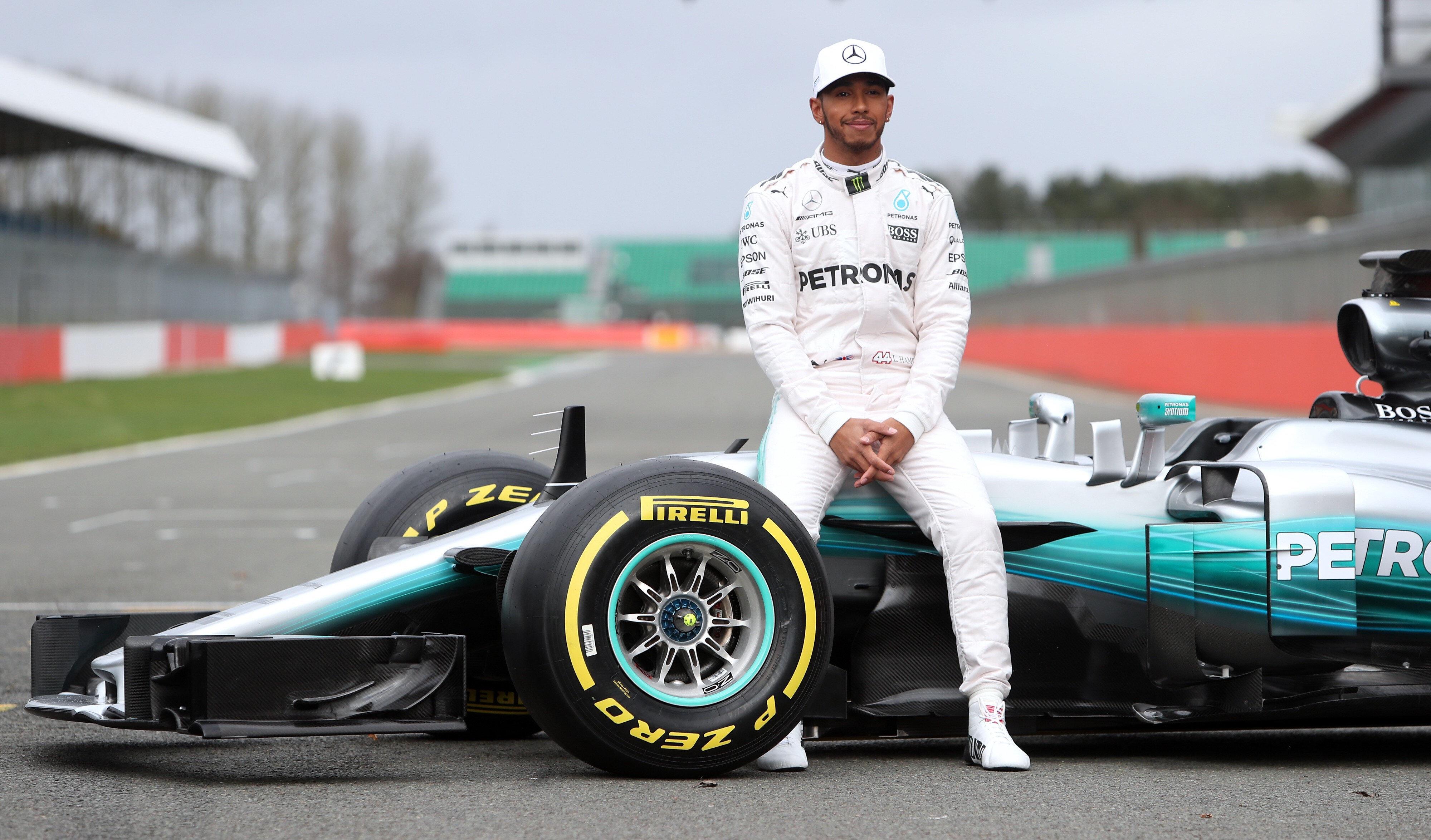 Lewis Hamilton pilotlar sıralamasında 1. sırada bulunuyor.