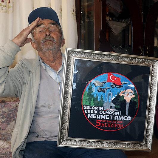 25 yıldır Mehmetçiği selamlayan Mehmet amcaya askerden özel arma