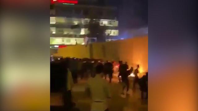Irak'ta protestocular İran Konsolosluğu'na saldırdı