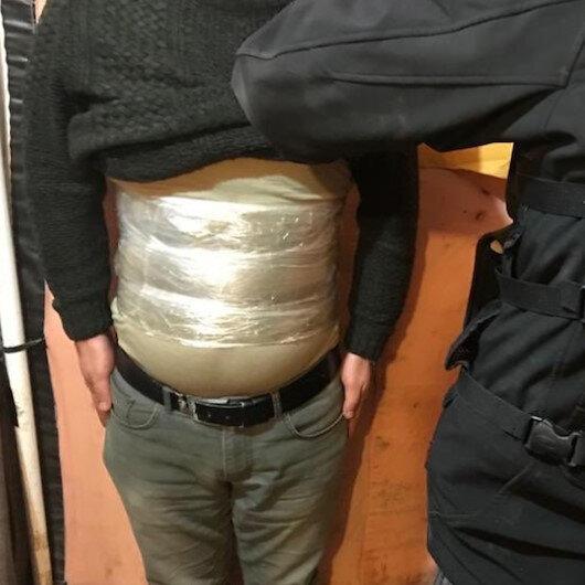 Vücuduna 2 kilo 50 gram esrar bağlayan kişi otobüste yakalandı