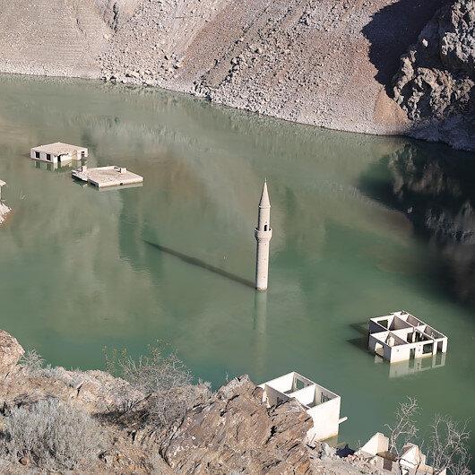 Baraj altında kalan köy su seviyesi düşünce yeniden ortaya çıktı: Yöre halkının ilgi odağı oldu