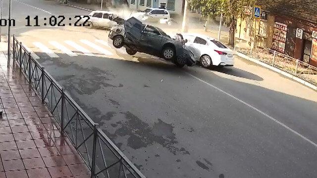 Rusyada 3 aracın karıştığı feci kaza kamerada