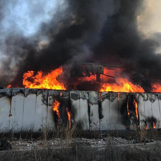 Sivas'taki plastik fabrikasında yangın: İtfaiye ekipleri yangına müdahale ediyor