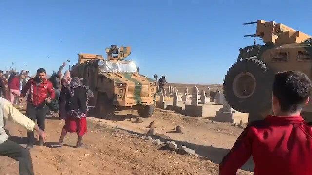 PKK/YPG sempatizanları TSKya ait zırhlı araçları taş yağmuruna tuttu