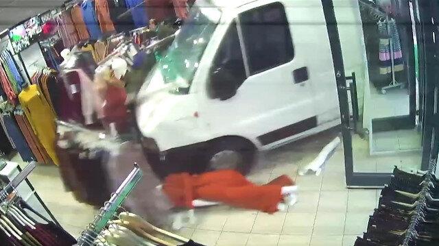 Yoldan çıkan minibüsün mağazaya girdiği anlar kamerada
