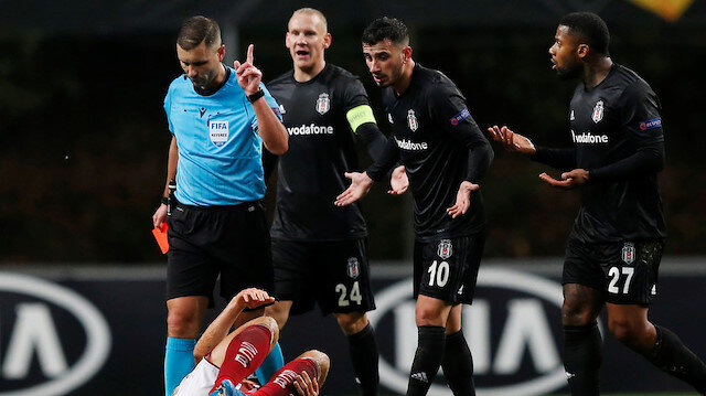 Beşiktaşlı futbolcu, Litvanyalı hakemin verdiği kırmızı kartın ardından oyun dışında kaldı.