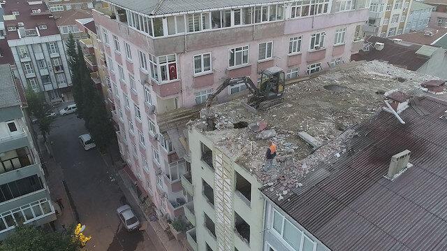 Küçükçekmece'de ilginç yıkım: İş makinesi 6 katlı binanın en üst katına çıkarıldı