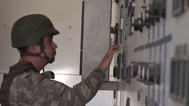 Mehmetçik teröristlerden temizlediği Rasulayn'da trafoları onarıyor