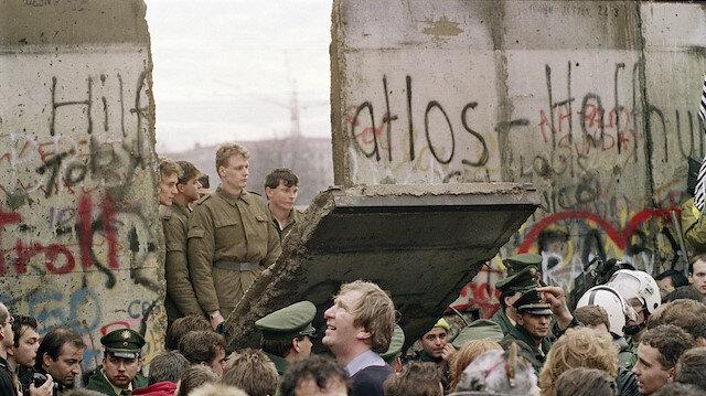Berlin Duvarı yıkıldı utanç duvarlara hala duruyor