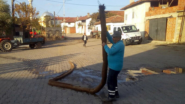 Manisa'da kanalizasyon hattından 10 metrelik ağaç kökü çıkarıldı