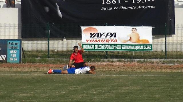 Sakatlanan futbolcu ambulans gelene kadar saha kenarından maçı izledi