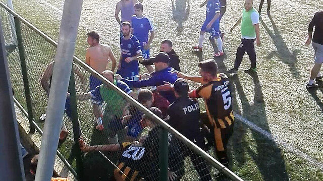 Futbolcular tekme tokat birbirlerine saldırdı