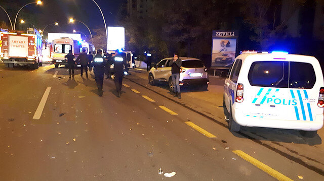 Araçlarının patlayan lastiğini değiştirirken otomobil çarptı: 2 ölü