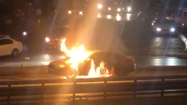 İstanbul'da seyir halindeki otomobil alev aldı trafik durdu