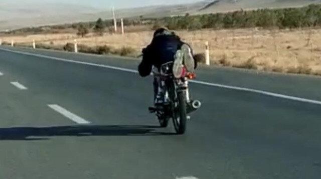 Motosiklet sürücüsünün ölümle dans ettiği anlar kamerada