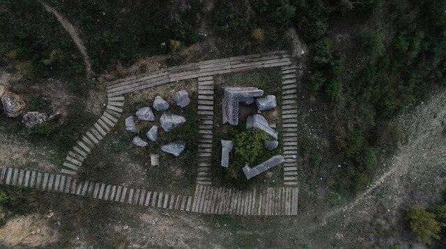 İçler acısı halde: 2200 yıllık kral mezarını spreyle boyadılar