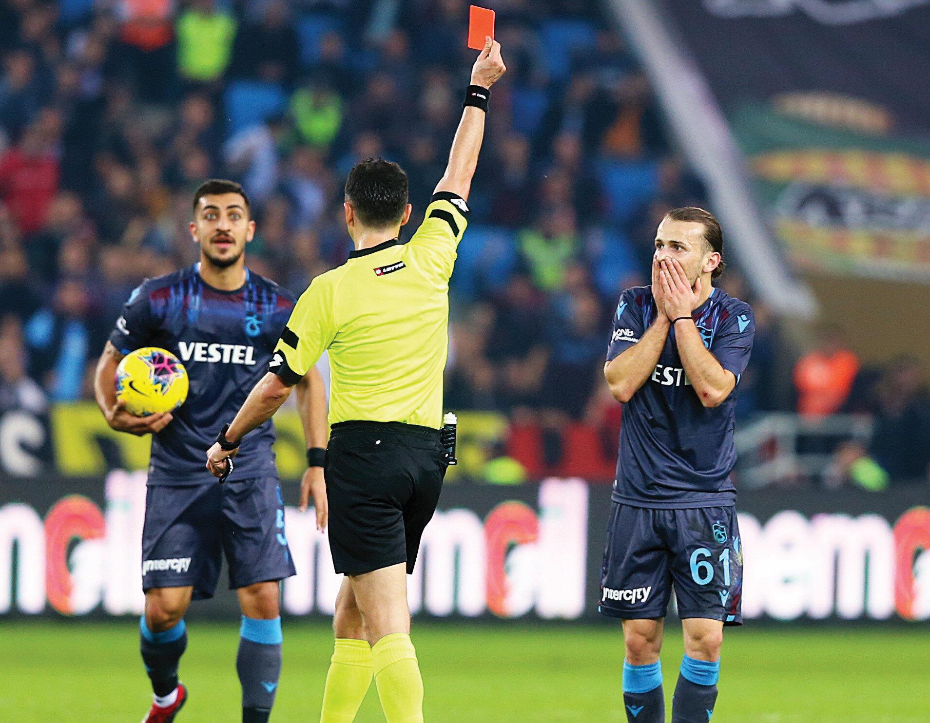 """Futbol otoritelerinin çoğu Abdulkadir Parmak'a gösterilen kırmızı kartı """"Skandal"""" olarak değerlendirdi."""