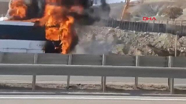 Seyir halindeki yolcu otobüsü alev alev yandı