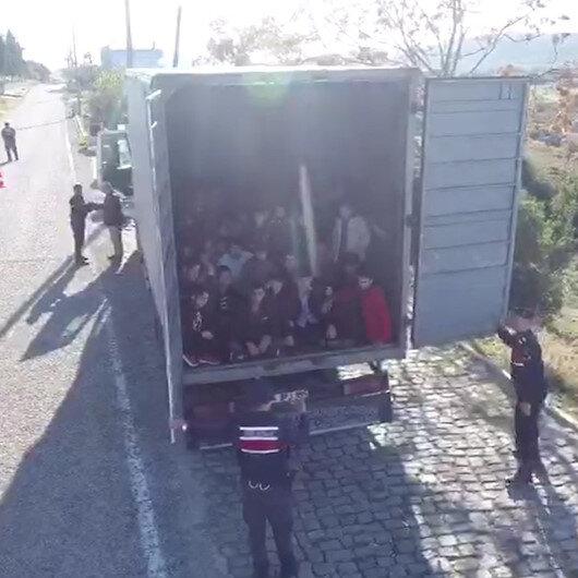 Kapalı kasa kamyondan 82 kaçak göçmen çıktı, kamyon sürücüsü tutuklandı