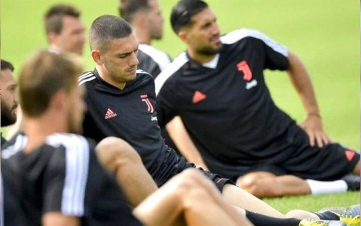 Juventuslu taraftarlar Merih Demiral'ın oynamasını istiyor, Sarri ise milli futbolcuya forma şansı vermiyor. Juventus'ta forma şansı