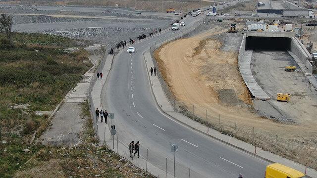 İstanbul Sultangazi'de 4 farklı lisenin öğrencileri kilometrelerce yol yürüyor
