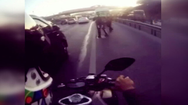 Tek teker üzerinde yakalandı motosikleti polisin üzerine sürdü
