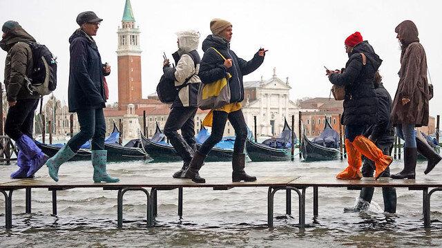 Venedik'te su baskını turistlerin eğlencesi oldu