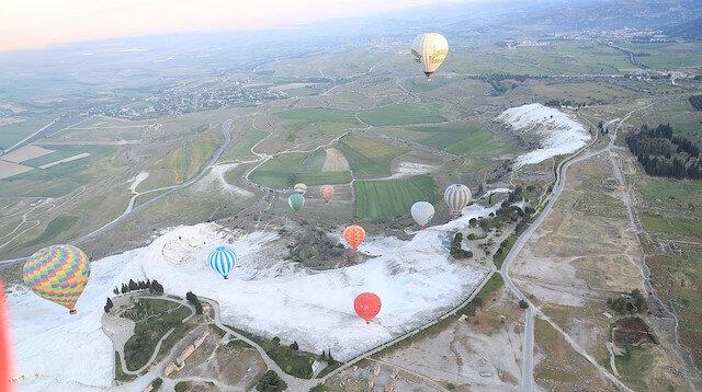 رحلات المنطاد تحلق بآلاف السياح في سماء باموق قلعة