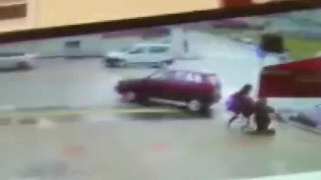 Yolda yürüyen iki arkadaş ezilmekten son anda kurtuldu
