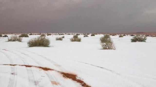 Suudi Arabistan'a kar yağdı etraf beyaza büründü