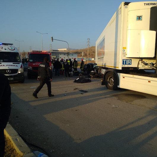 Akıl almaz kazada 3 ölü 1 yaralı: Otomobil TIR'ın altına girdi