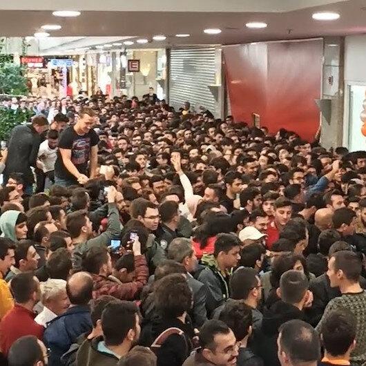 Ankarada telefon mağazası açılışı izdihama neden oldu
