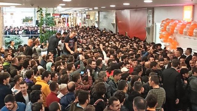 Ankara'da telefon mağazası açılışı izdihama neden oldu