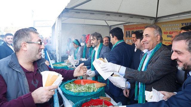 Sultangazi'de 5 ton hamsi dağıtıldı: Sırada cağ kebabı ve çiğköfte var