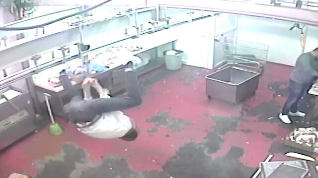 Et kancasında takla atmak isterken kafa üstü yere düştü