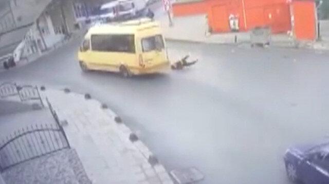 Kapısı açık ilerleyen minibüsten aşağı düştü