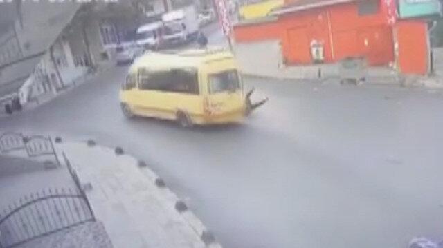 Küçükçekmece'de kapısı açık ilerleyen minibüsten liseli kız düştü
