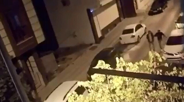 Otomobillerin lastiklerini bıçaklayıp dikiz aynalarını kırdılar