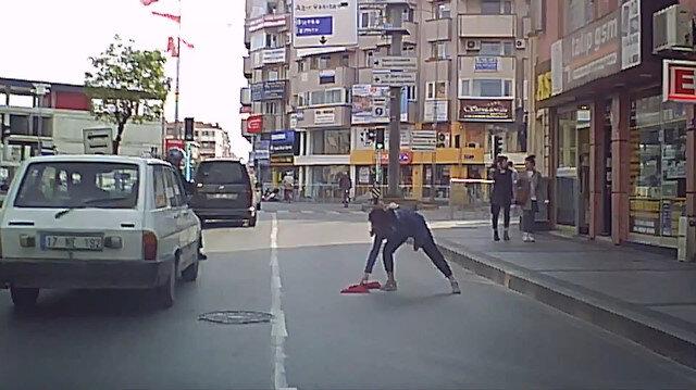 Türk bayrağını yerden almak için trafiği durdurdu