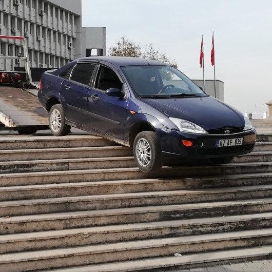 Zonguldak'ta valilik önünde hareketli anlar: Yol yerine merdivenden inmeye kalktı
