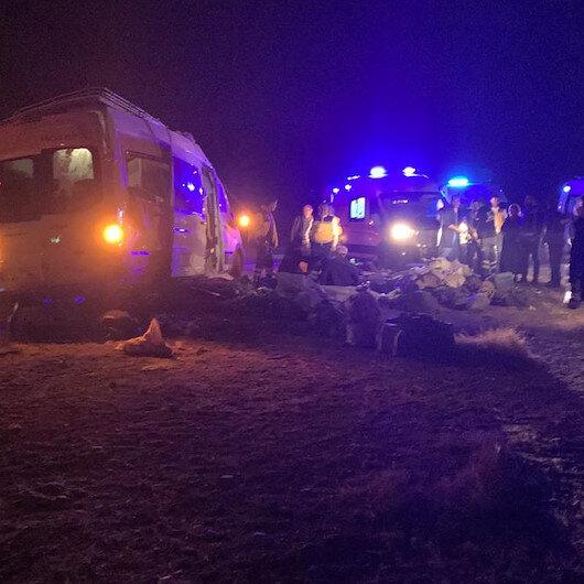 Yozgat'ta minibüs refüje devrildi: Şoför dahil 16 yaralı
