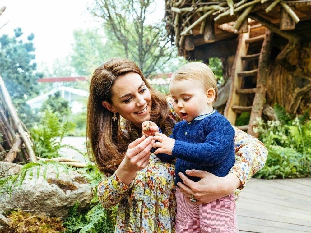 Kate Middleton ve küçük oğlu Prens Louis.