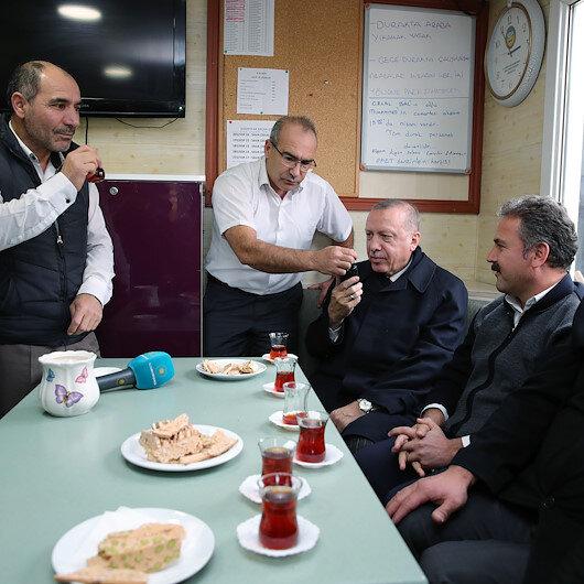 Cumhurbaşkanı Erdoğan taksicilerle çay eşliğinde simit yiyip sohbet etti